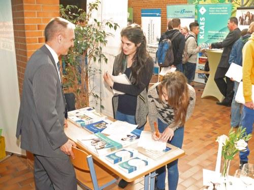 IHK-Geschäftführer Dr. Bernd Greulich im Gespräch mit Schülerinnen