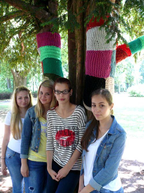 """Die Schülerinnen der 9e mit ihren kreativen """"Strick-Graffiti""""-Kunstwerken"""