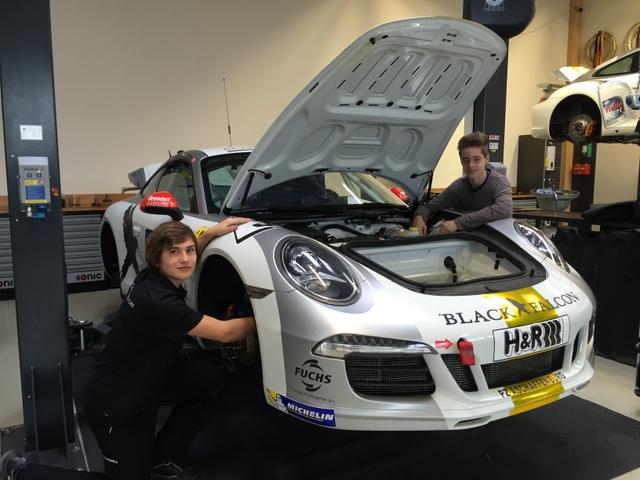 """Leon (9e) und Marcel (9c) erlebten zwei interessante Wochen als Kfz-Mechatroniker des Rennstalls """"Black Falcon"""" am Nürburgring"""