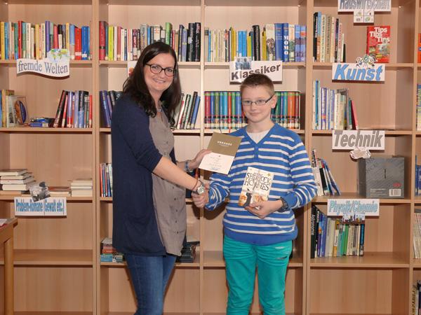 Natalie Hees gratuliert dem besten Vorleser 2014: Marcel Breuer aus der Klasse 6c