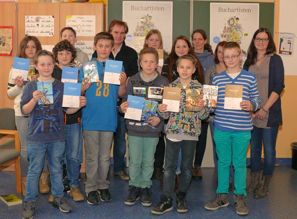 Der Schulsieger, die Klassensieger und die Mitglieder der Jury unter der Leitung von Natalie Hees (Vorsitzende der Fachschaft Deutsch)
