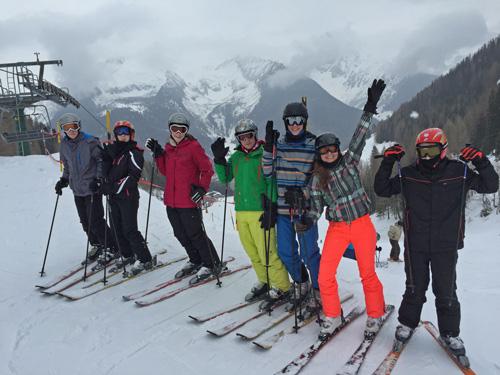 Realschullehrerin Steffi Schneider mit ihren Skifahrern am Sonnenlift