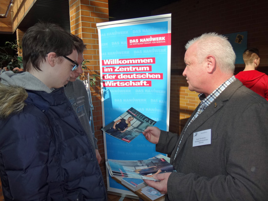 Frank Wershofen wies die jungen Gesprächspartner auch auf die alternative Möglichkeit hin, erst einmal eine Ausbildung im Handwerk zu absolvieren und dann über den Meistertitel ebenfalls studieren zu können.
