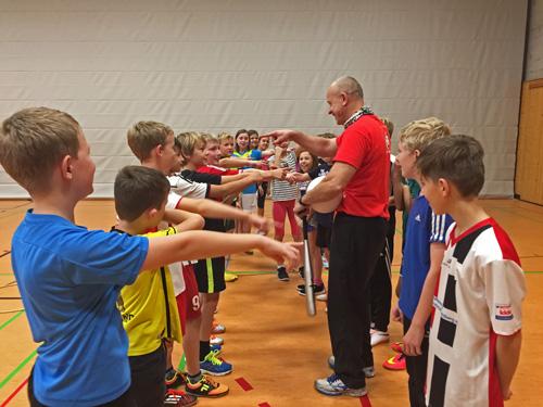 Sportlehrer Martin Bach inmitten seiner sportlichen Schüler