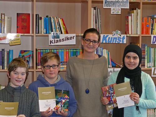 Natalie Hees mit den besten Vorlesern 2015: Lukas Wolber, Noah Gläske und Nour Tarraf