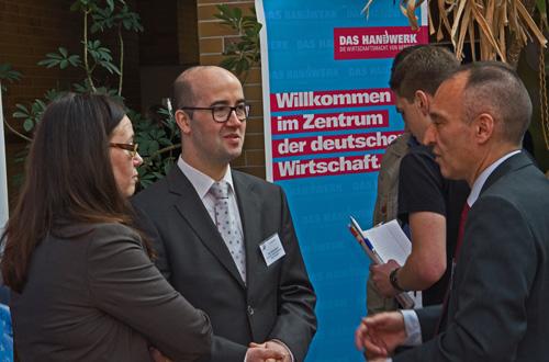 Claudia Wildermann (Handwerkskammer), Tino Hackenbruch (Wirtschaftsförderung im Kreis Ahrweiler) und Dr. Bernd Greulich (IHK Koblenz) im Gespräch