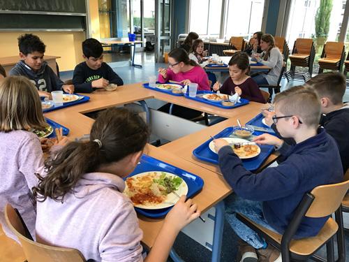 Um 13.15 Uhr steht das gemeinsame Mittagessen auf dem Stundenplan