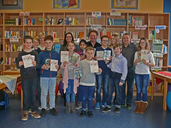 Die Schulsiegerin, die Klassensieger und die Mitglieder der Jury unter der Leitung von Natalie Hees