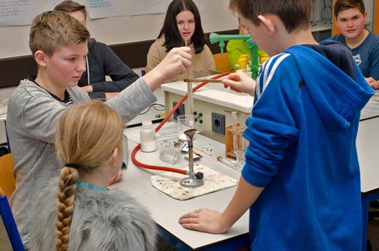 Immer ein Hingucker für die jungen Schüler: Experimente im Chemiesaal