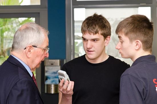 Klaus Töpfer stellte sich auch den Fragen der Schülerradio-Reporter Hendrik und Nils