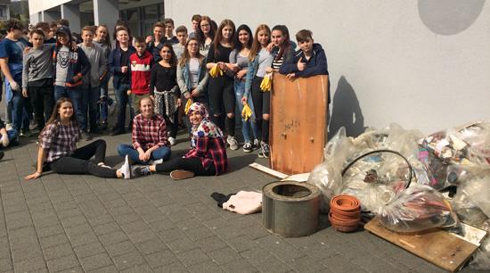 Die Boeselager-Realschüler nach getaner Arbeit mit dem gesammelten Müll zurück an der Schule