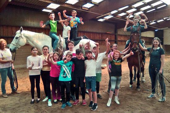 Die Sportklasse 5d mit den Pferden Herriet und Karacho sowie den Trainerinnen Christine Richter (l.) und Lena Wolf (l.)