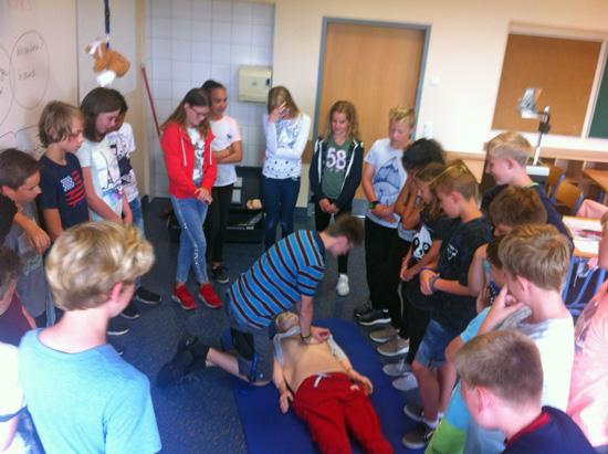 Schulsanitäts-Urgestein Nils Piel demonstriert Erste-Hilfe-Maßnahmen