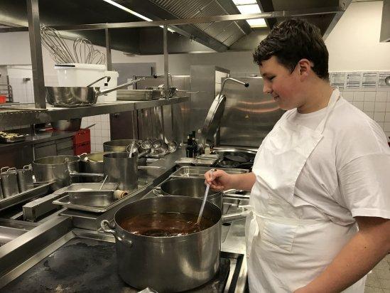 Tim O. (Klasse 9a) hier beim Zubereiten einer Suppe - Tim lernte die Großküche des Steigenberger Hotels in Bad Neuenahr und damit auch den Beruf des Kochs kennen