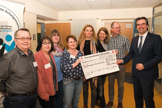 Der Schulelternbeirat der Boeselager-Realschule Ahrweiler überreichte dem Schulleiter Klaus Dünker eine Spende in Höhe von 500,- €