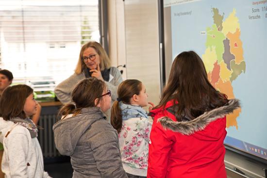 Auch die modernen Unterrichtsmedien - wie hier ein interaktives Whiteboard - interessierten die jungen Besucher