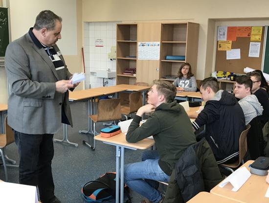 Harry Traubenkraut von der AOK stellte den Schülern Fragen, die auch in einem Eignungstest vorkommen können