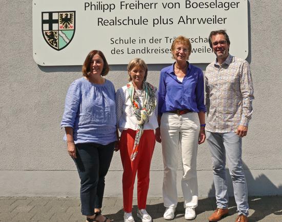 Abschied nehmen hieß es kurz vor den Ferien: Personalrätin Maria Schmitt (links) und Schulleiter Klaus Dünker verabschiedeten die Kolleginnen Birgid Fischer-Rockel und Brigitte Karpstein