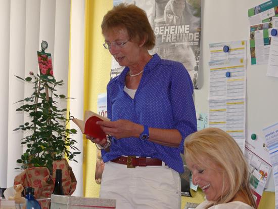 Ein letzter Blick in das traditionelle rote Notenbuch -von 1976 bis 2018 unterrichtete Brigitte Karpstein einige Schülergenerationen an der Boeselager-Realschule Ahrweiler