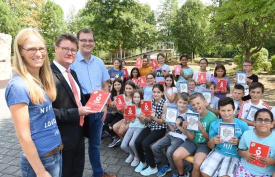 Schulleiter Timo Lichtenthäler (rechts) und Dörte Krug, die den Schulplaner konzipiert, freuten sich mit den Schülern über die Spende der Kreissparkasse Ahrweiler, die durch RichardLindner überreicht wurde.