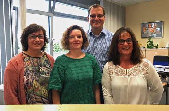 Unser Team imSekretariat ab September 2018 (v.l.n.r.): Christiane Ockenfels,Birgit Jeandrée undBrigitte Floter mit dem Schulleiter Timo Lichtenthäler im Hintergrund