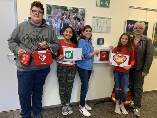 Neuer Defibrillator für die Boeselager-Realschule Ahrweiler - hier Schulsanitäter Elias Manhillen, Elham Ben Jemia, Daniela Sousa und Anna Thomas mit der AG-Leiterin Karin Gerstenmeyer