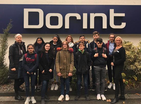 Die Schülergruppe der Boeselager-Realschule Ahrweiler mit der Personalchefin der Dorint-Hotel Bad Neuenahr, Martina Bischoff, und Lehrerin Thea Thomasch