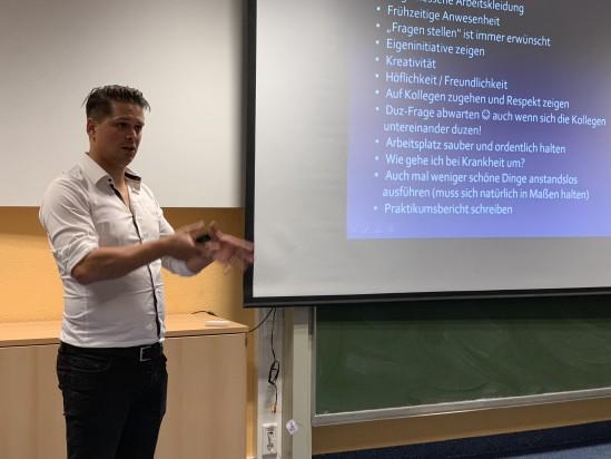 Daniel Röber, Obermeister der Friseur-Innung des Kreises Ahrweiler, referierte über die Chancen eines Praktikums und gab Tipps für die Bewerbung und die Durchführung