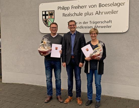 Zusammen gerechnet unterrichten Anne Weller und Ralf Breuer nun ein halbes Jahrhundert an der Boeselager-Realschule und wurden am Nikolaus-Tag von Schulleiter Timo Lichtenthäler für jeweils 25 Jahre Dienst geehrt