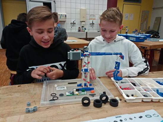 Luca und Lukas bauen mit Freude einen Kran