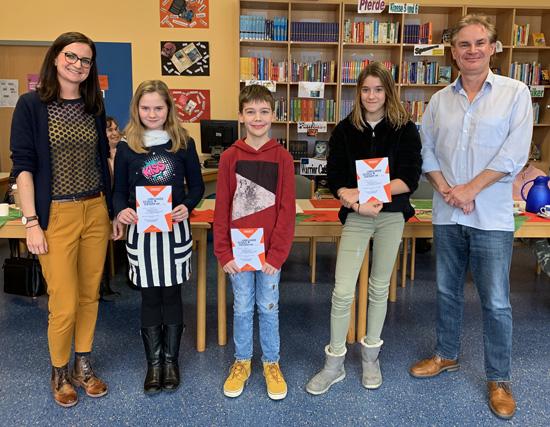 Natalie Hees und der pädagogische Koordinator Dr. Rüdiger Becker mit der besten Vorlesern 2018 - v.l.n.r.: Lara Schellhas,Milan Becker und Thea Klar