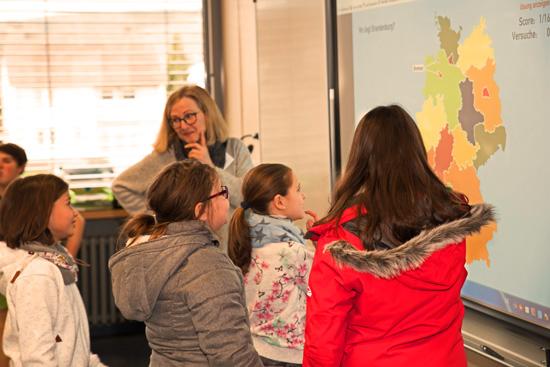 Am Tag der offenen Tür wird auch gezeigt, wie moderner Unterricht an der Boeselager-Realschule Ahrweiler abläuft - hier Kristina Heinlein beim Erdkunde-Unterricht am Whiteboard