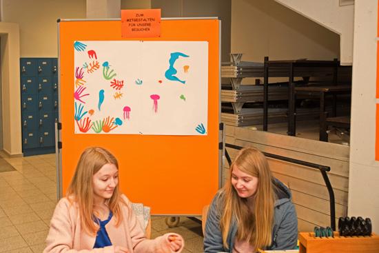 In diesem Jahr gab es neben der Ausstellung eine Mitmachaktion zur Gestaltung von Scherenschnitten nach dem Beispiel von Henri Matisse.