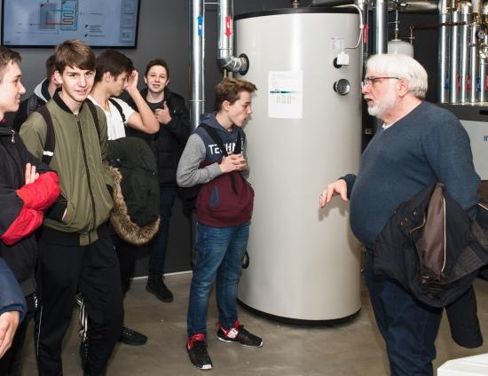 Rüdiger Warnecke (rechts), Geschäftsführer des Eko-Zet, informierte die Boeselager-Realschüler über Geothermie, die Funktionsweise einer Holzpelett-Heizung und die Nutzung der Sonnenenergie