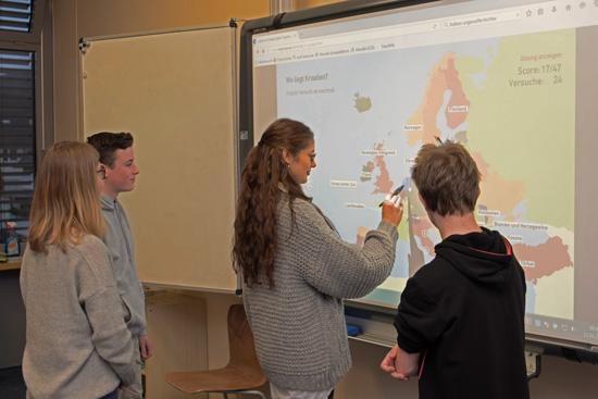 Unterrichtet wird auch mit modernen Medien - wie hier beim Erdkundeunterricht am Smartboard