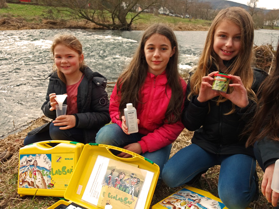 Sina, Elfete und Leonie (alle Klasse 5b) freuen sich über die neuen EcoLab-Koffer für die Analyse der Gewässer- und Bodengüte