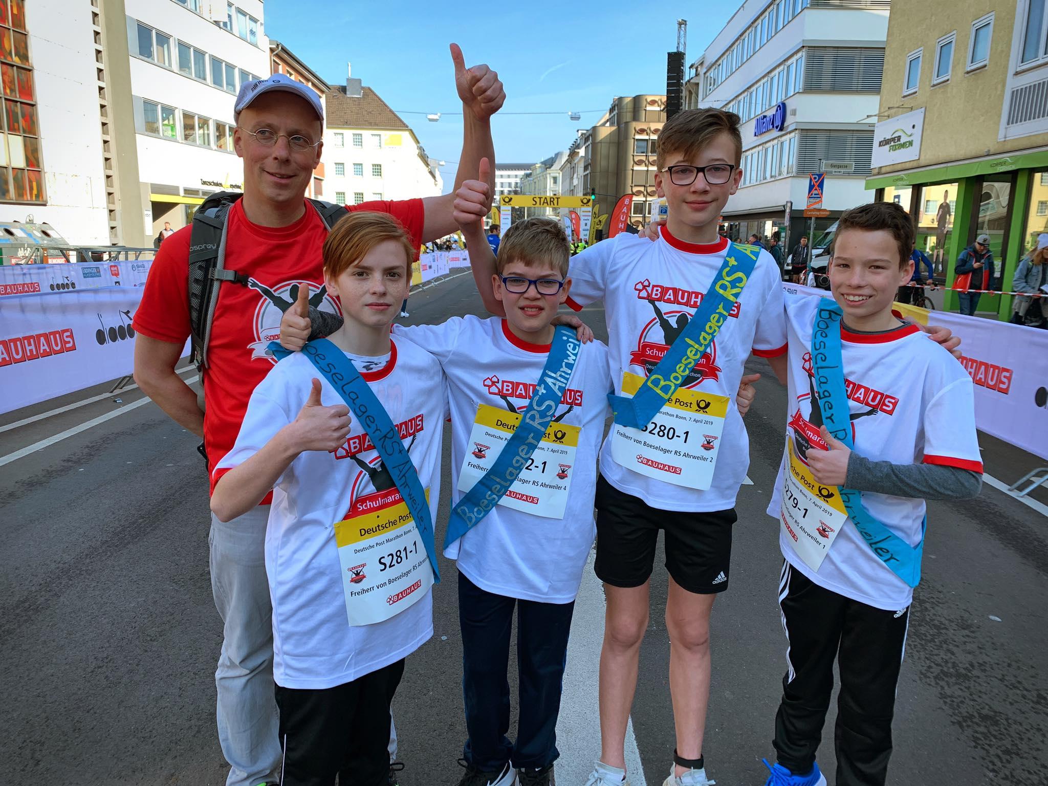 Die Startläufer David, Tim, Lukas und Noah brachten unsere Staffeln bei herrlichem Frühlingswetter ins Rennen - mit auf dem Foto: Chef-Organisator Dr. Thomas Schröer