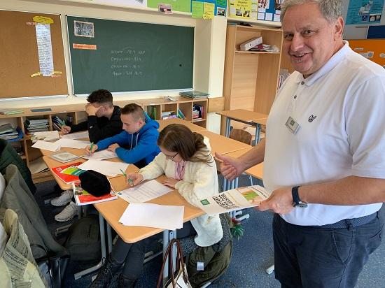 Harry Traubenkraut von der AOK ließ die Schüler einen Eignungstest üben