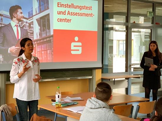 Santana Sadi und Maryan Regrada von der Kreissparkasse Ahrweiler gaben hilfreiche Tipps zum Einstellungstest und Assesmentcenter