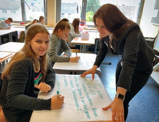 Sehada Salic von der Volksbank Rhein-Ahr-Eifel übte mit den Schülern das richtige Präsentieren ein