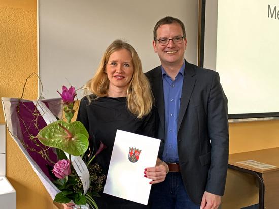 Schulleiter Timo Lichtenthäler überreichte der nun offiziellen didaktischen Koordinatorin vor dem versammelten Kollegium und Vertretern der Eltern und Schüler die Urkunde des Landes Rheinland-Pfalz.