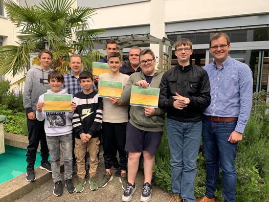 Vertreter der Gewinner-Klassen mit dem Leiter der Umwelt-AG Peter Roth (3. v.re.) und Schulleiter Timo Lichtenthäler (li.)