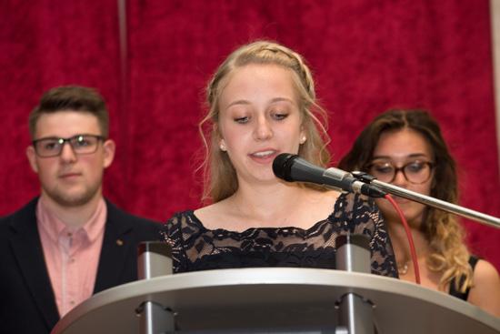 Clara Pollig (10a) blickte stellvertretend für alle Absolventen zurück
