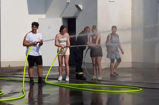 Erfrischende Löschversuche der Boeselager-Realschüler