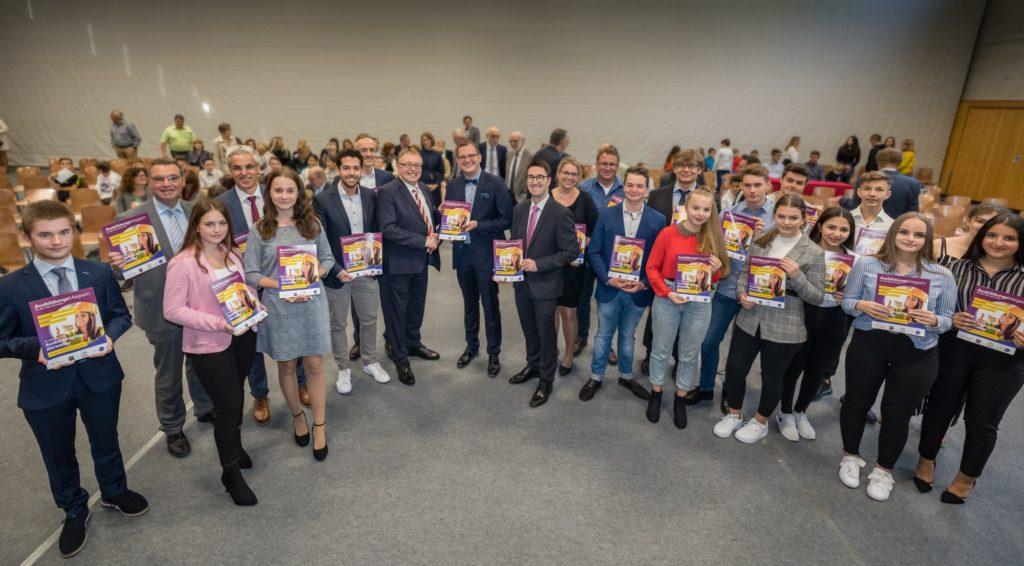 Unsere Abschlussschüler des Schuljahres 2019/20 erhielten das Magazin im Rahmen der offiziellen Schulleitereinführung persönlich aus den Händen des Landrats. Foto: Bernhard Risse