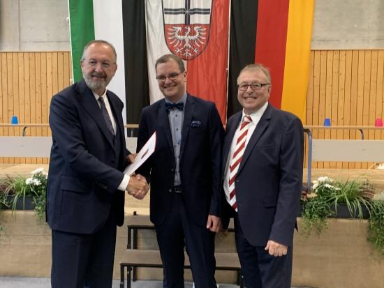 Ralf Groß von der ADD, Schulleiter Timo Lichtenthäler und Landrat Dr. Jürgen Pföhler bei der offiziellen Ernennung