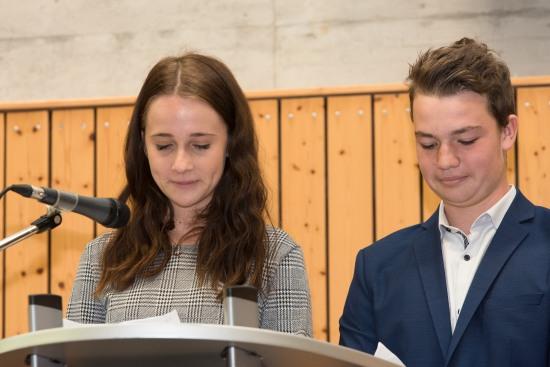 Anna Lena Klammer und Niklas Lingen von der Schülervertretung (SV)