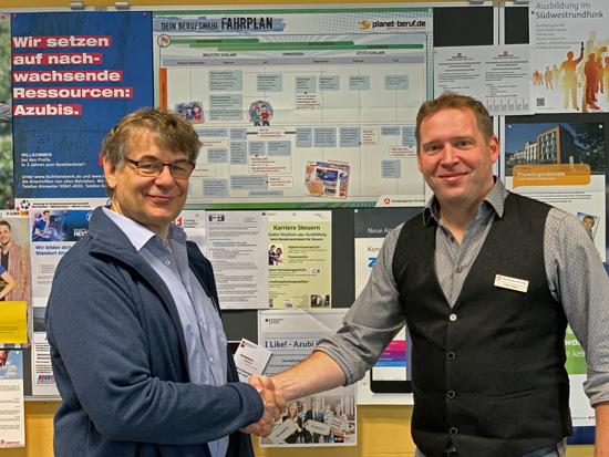 Johannes Morschhausen, 2. Konrektor, begrüßt den neuen für uns zuständigen Berufsberater der Agentur für Arbeit, Peter Cihlars, an unserer Schule und freut sich auf eine gute Zusammenarbeit