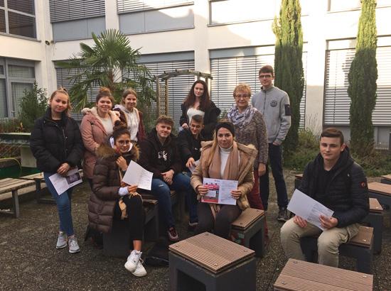 Zum Ende des Lehrgang erhalten die Teilnehmer die Bescheinigung von Karin Gerstenmeyer im Auftrag der Malteser