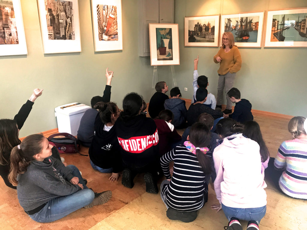 """Die interessierten Boeselager-Realschüler mit ihrer Kunstlehrerin Cristina Schäfer in der Galerie """"Alte Werkstatt"""""""